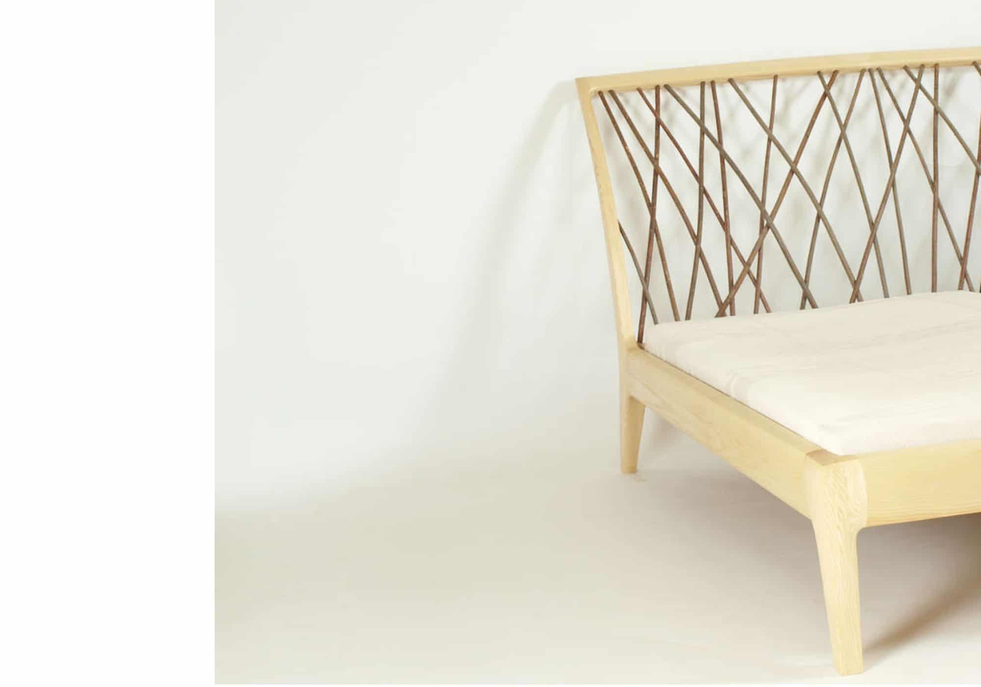 Bett mit einem Kopfteil aus Weidengeflecht, die Holzverbindungen sind metallfrei