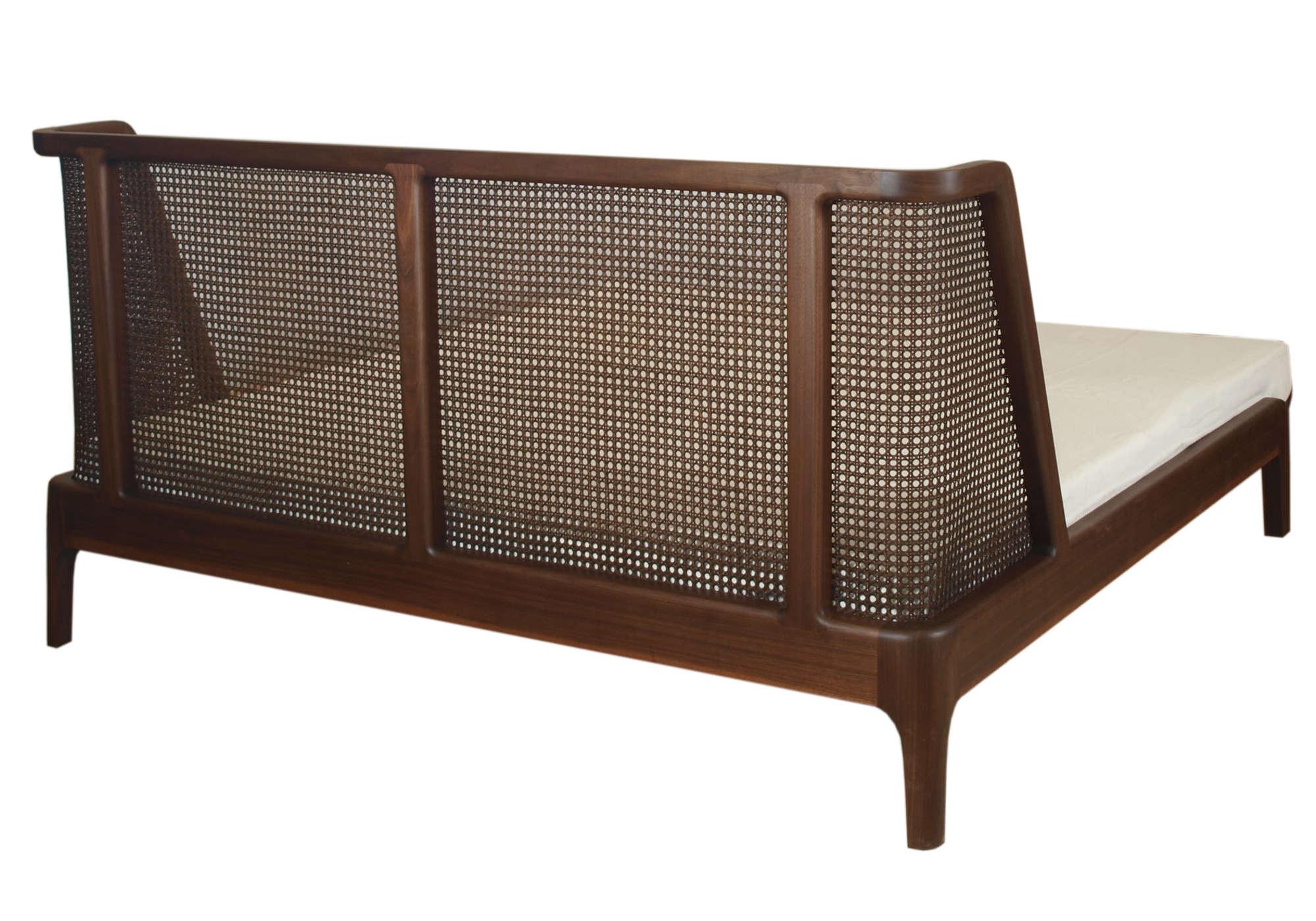 Bett aus Nussholz mit einem Kopfteil aus Wiener Geflecht