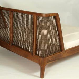 Bett aus Holz mit Kopfteil und Wiener Geflecht (Rattan)