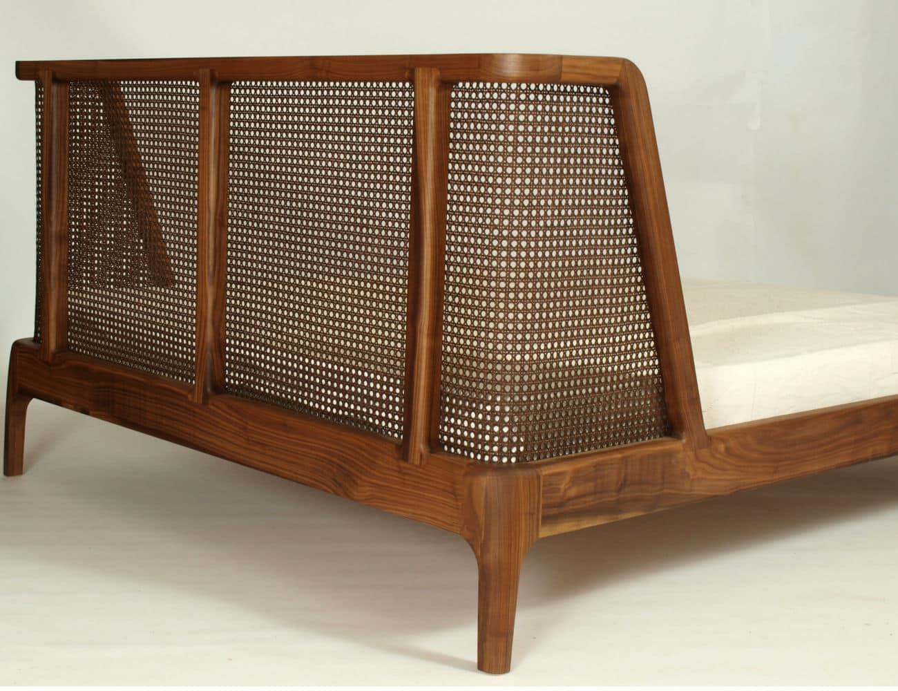 Doppelbett mit Rattankopfteil aus Holz