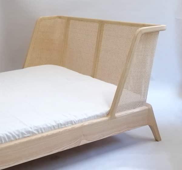 Bett mit einem genigten Kopfteil, der Rahmen mit Wiener Geflecht, Modellauswahl