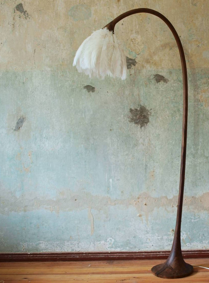 Stehleuchte mit einem Lampenschirm aus Straußenfedern, Modellauswahl