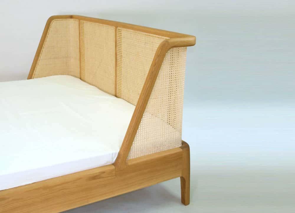 Doppelbett mit geradem Kopfteil und umlaufendem Rahmen, Holzart Eiche