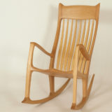 Schaukelstuhl mit ergonomisch geformter Rückenlehne aus Holz, Vorderansicht
