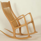 Schaukelstuhl mit ergonomisch geformter Rückenlehne aus Holz, Seitenansicht