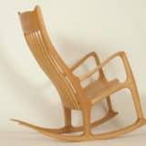 Schaukelstuhl mit ergonomisch geformter Rückenlehne aus Holz