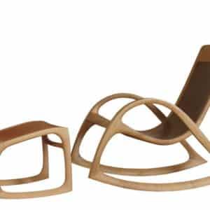 Schaukelstuhl Linné aus Holz und Leder mit passendem Hocker