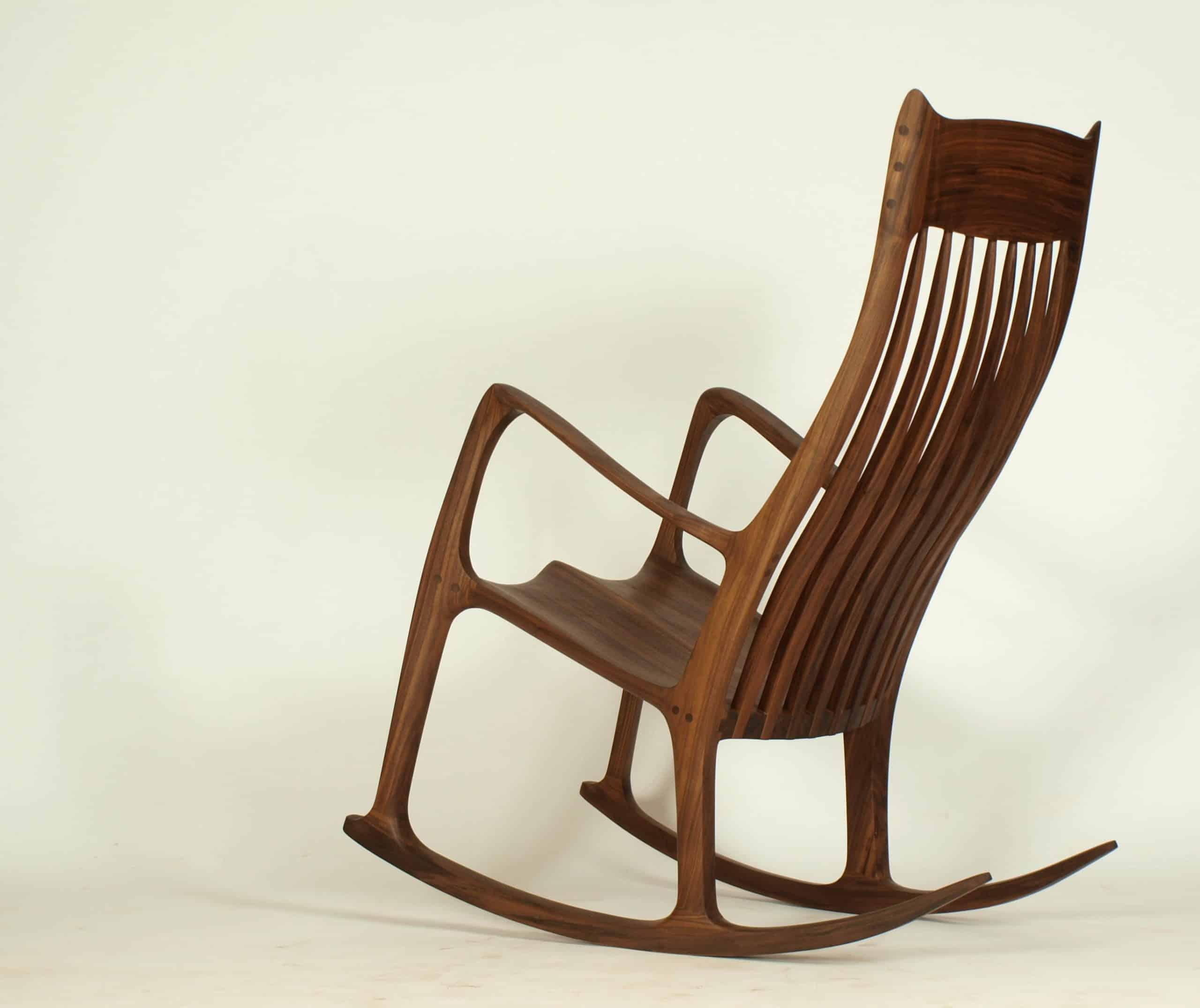 klassischer Schaukelstuhl aus massivholz nussbaum, von Hand gefetrtigt
