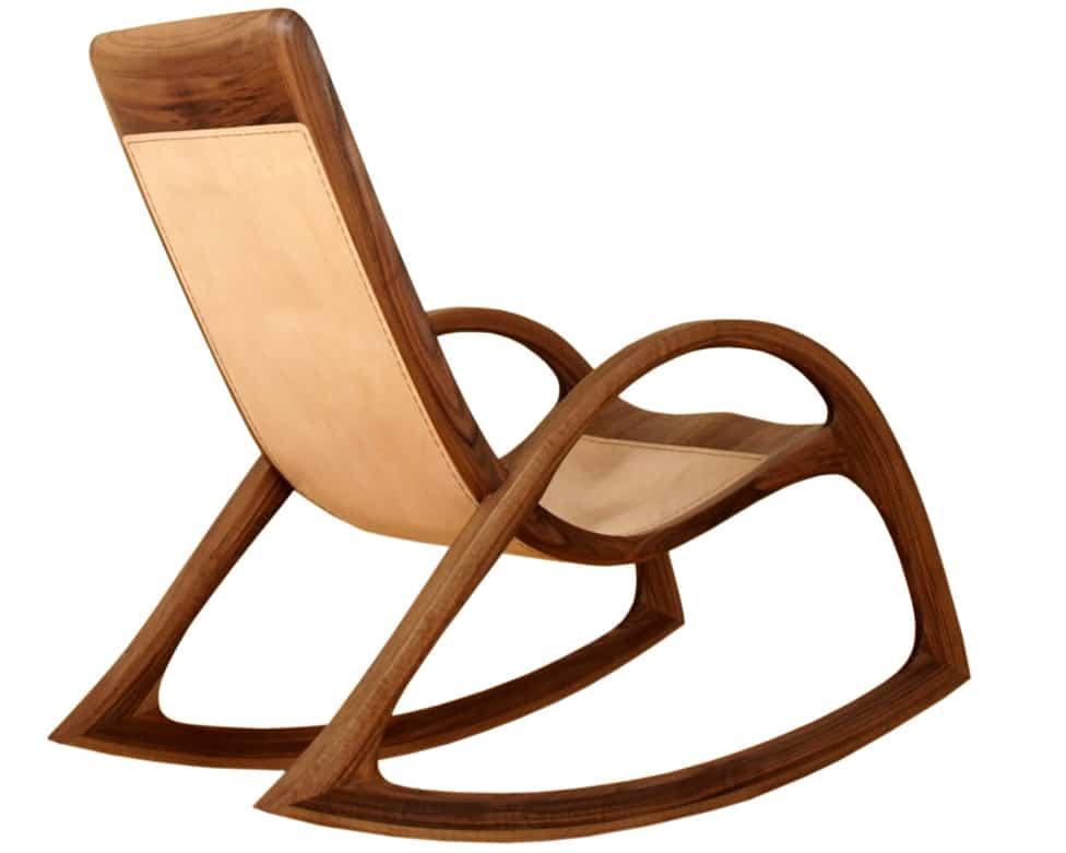 Schaukelstuhl aus Holz mit Ledersitzflaeche