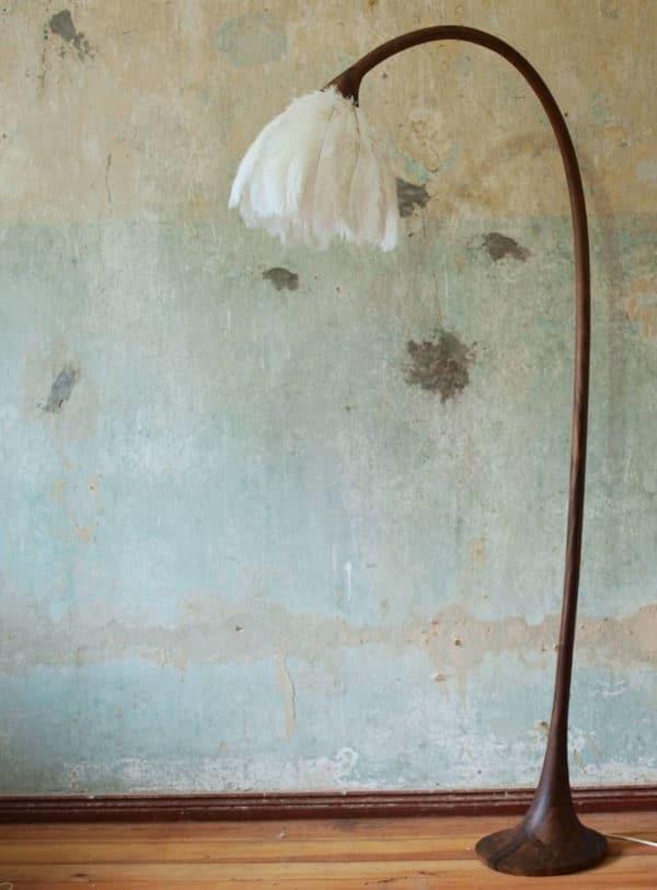 Stehleuchte aus Holz mit einem Lampenschirm aus Federn