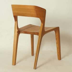 Die Rueckenlehne dieses Stuhles kann in verschiedenen Höhen gefertigt werden