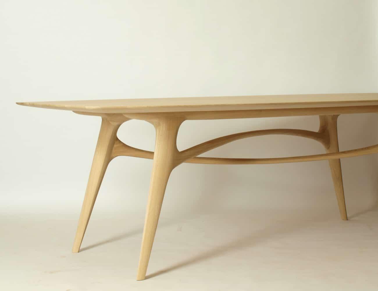Die Bögen unter der Tischplatte laufen über kreuz