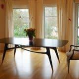 Esszimmer mit Massiv - Holz - Tisch in schwarz lackierter Eiche