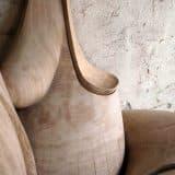 Die Skulptur wurde auds Massivholz gefertigt, sie besteht aus vier Teilen