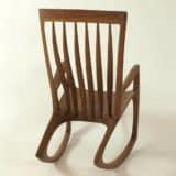Schaukelstuhl mit ergonomisch geformter Rückenlehne, Holzart Nuss
