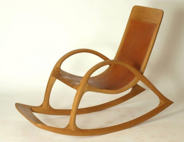 Schaukelstuhl mit Fussablage, aus Holz und Leder