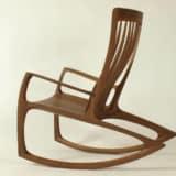 Schaukelstuhl Nr. 3 aus Nuss Massivholz in der Seitenansicht