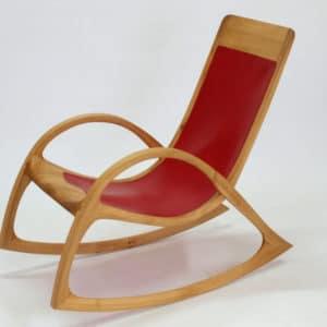 Schaukelstuhl aus Massiv - Holz Ruester mit rotem Leder