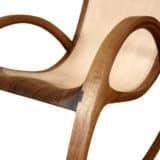 Schaukelstuhl aus Holz mit naturbelassenem Leder