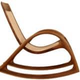 Schaukelstuhl aus Holz mit naturbelassenem Rindsleder