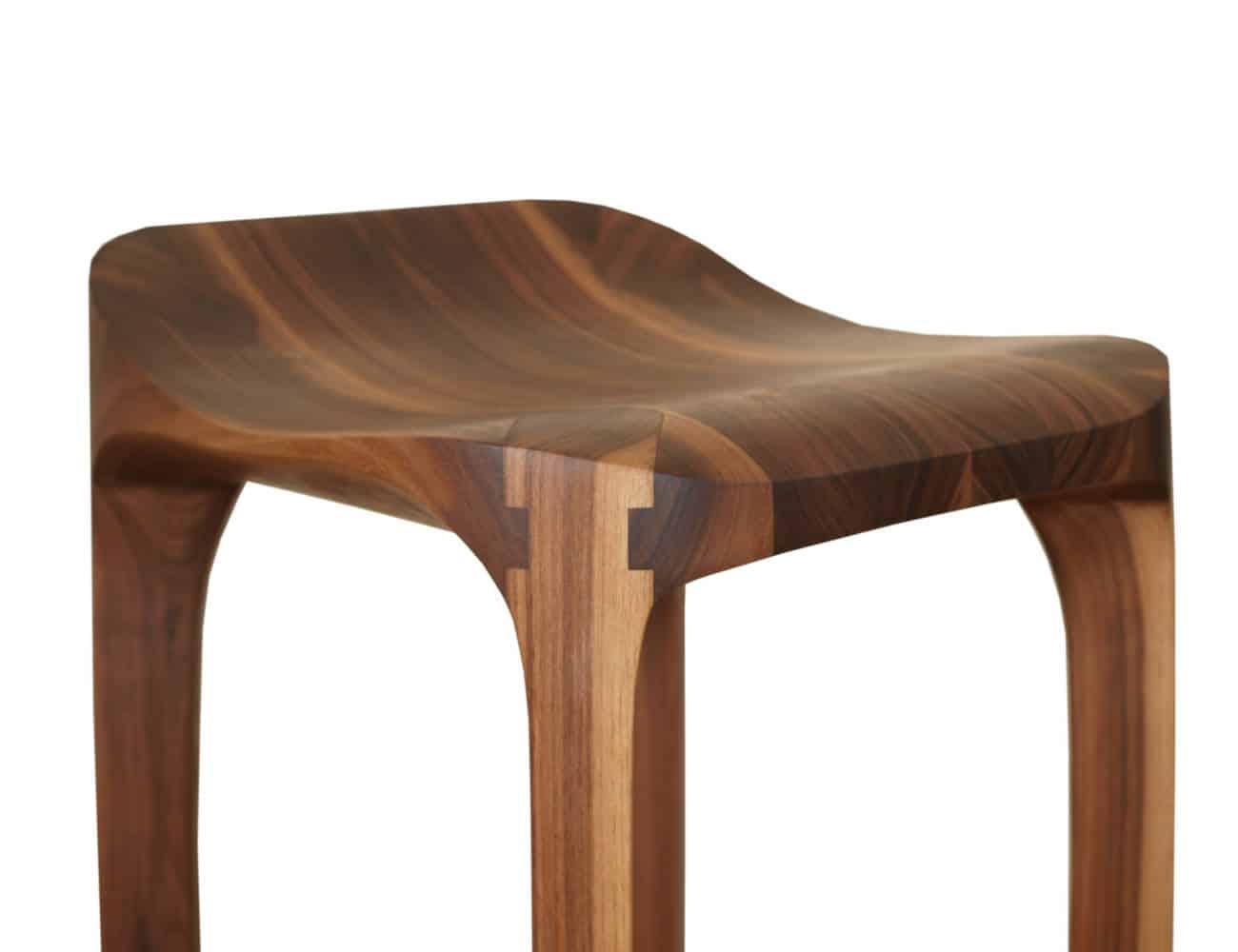 Die Beine des Barhockers sind mit aufwändigen Holzverbindungen gefertigt