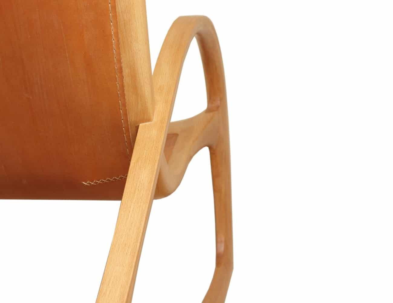 Holzart Buche mit hellbraunem Leder und heller Naht