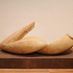 Skulptur Sucki besteht aus Robinie Massiv - Holz, der Sockel besteht aus Stahl