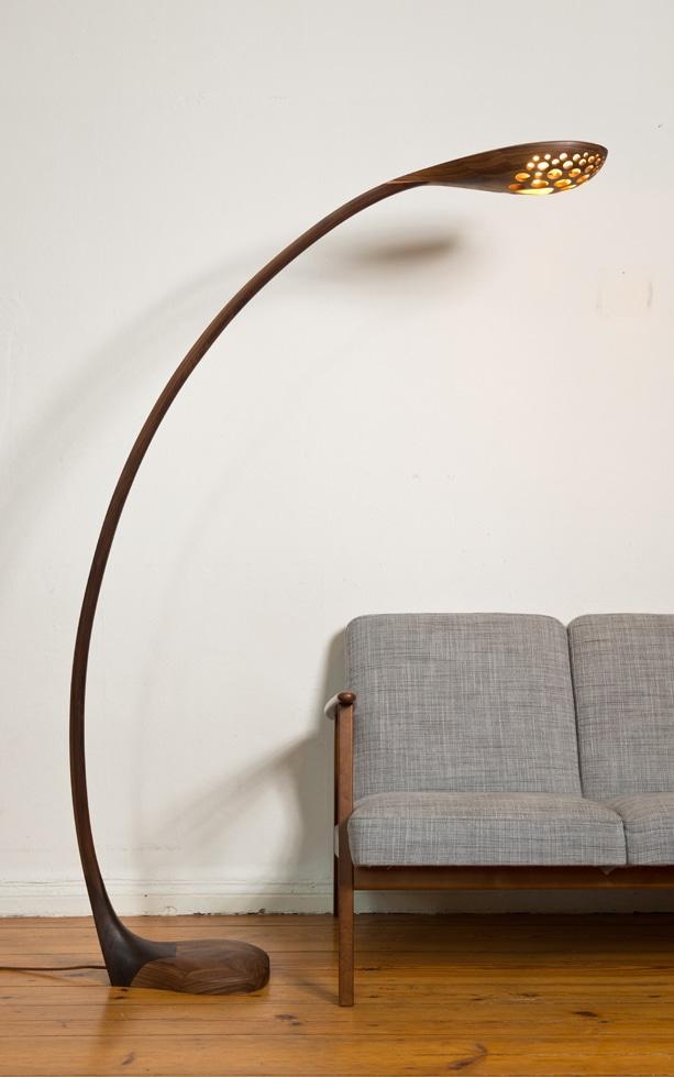 Bogenlampe aus Holz mit einem Lampenschirm aus Massivholz