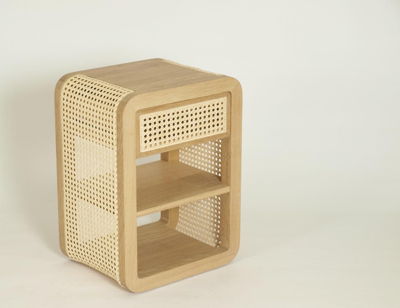Nachttisch aus Holz und Rattan